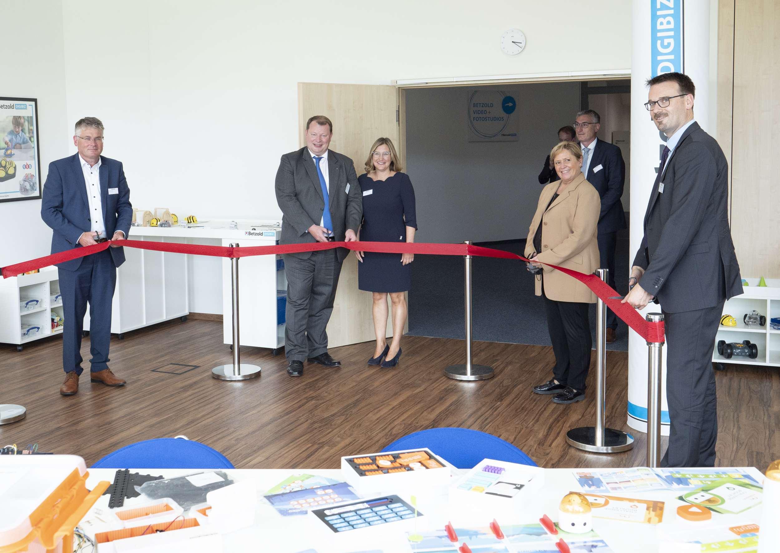 Familie Betzold mit Gästen bei der Eröffnung der DIGIBIZ Einrichtung in Ellwangen