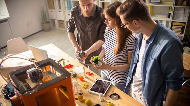 Schüler am 3-D-Drucker